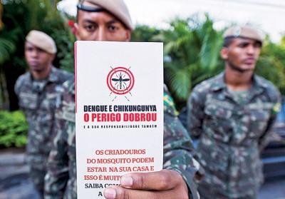 巴西士兵将逐家逐户宣传防疫工作。(法新社)
