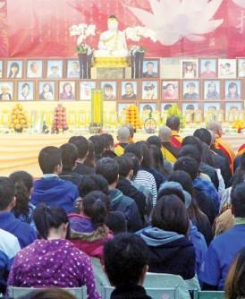 台南震灾区罹难者的头七法会在南区殡葬馆举行,以供家属及各界人士祭拜吊唁。(中央社照片)