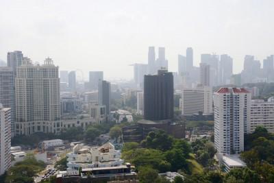 烟霾再现,创下今年新高,新加坡中心的24时空气污染指数一度达到83点。