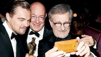 里奥纳度(左起)和知名制作人Arnon Milchan、导演史提芬史匹堡(Steven Spielberg)自拍留念。