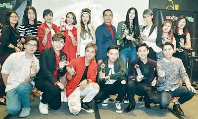 《2015 Red Box最高点击率K歌20强》的获奖歌手和唱片公司代表在台上大合照。