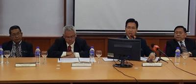 杨国庆(左3)以充分山脚日新国中宣布全槟大马高级教育文凭考试成绩。
