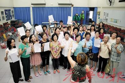 """更为30何谓槟华校友会会员在该会所,倡导""""保校联署签名""""走,因为行动证明以及表示出,形势为保住母校校地的立意。"""