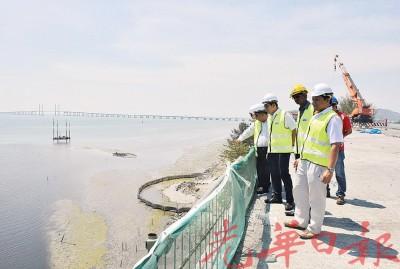 沈志勤(左2)以马友乃德建筑有限公司和国有工程局的表示陪同下,通往峇六拜高架天桥上巡逻。