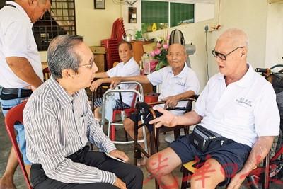 林敦良(左)向陈清泉询问并打听详情。