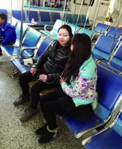 郭艳冒着生命危险先后6次冲入火场,将被困的三名小童救出。
