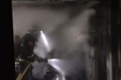 屋内大部分家具被烧毁。