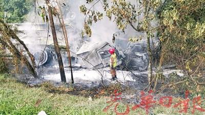 个别部罗里于撞入大道旁的深沟后着火燃烧,个别烧毁50同80%。