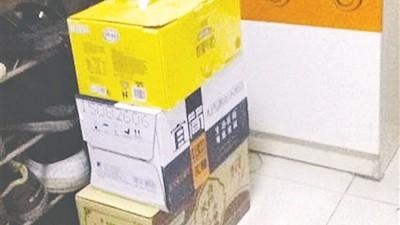 阿坤抽中的奖品可谓五花八门,放满一堆。