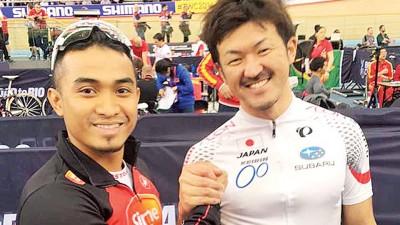 即未能打对手抢得奥运资格,阿兹祖(左)因大方态度和中川诚一郎合影及接受媒体访问。