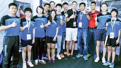 大马名将朱森沅(右4)与大马国家队球员在交流会上和皮尔森合照留下美好一刻。