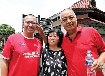 莫奕鸿(右)及莫伟强(左)被控疏忽致死,案件已经开审。