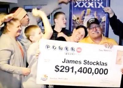 斯托克拉斯(右)一家人开心领奖。