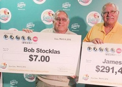 鲍勃(左)也来凑热闹,与中巨奖兄弟合照。