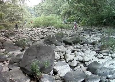 河道一夜干塘,大量居民大受影响。
