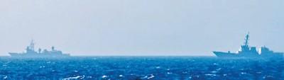 """据美方所公布的画面显示,两艘中国舰只正逼近""""史坦尼斯号""""。"""