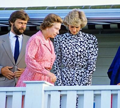 戴安娜(右)生前经常惹英女王(中)不高兴。