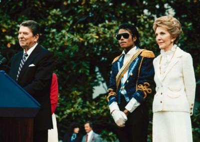 里根总统夫妇颁奖表扬流行歌手麦可杰逊(右二)。
