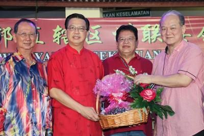 廖中莱(左2)与姚长禄(右起)颁发水果礼篮予东姑安南,感谢他出席2016丙申年马华联邦直辖区州联委会新春团拜。左为王德荣。