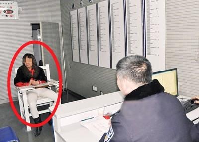 吴妇上周二重施故技,被警察抓回派出所审问。