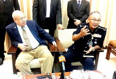 阿都嘉化(右)在记者会上,宣布警方逮捕一名家里藏有 ISIS 标志手提袋及国旗贩毒嫌犯。