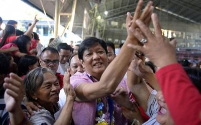 竞选副总统的参议员小马可斯(中)在马尼拉受到支持者热烈欢迎。