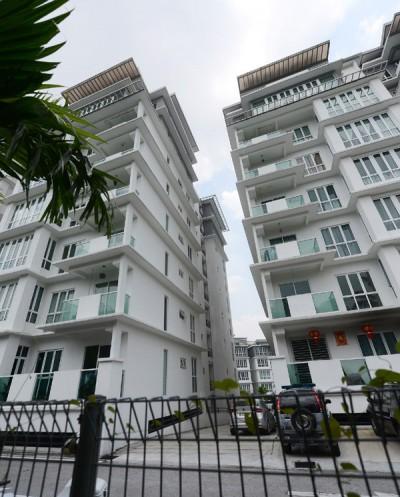 扮女装男子在某豪华公寓的3楼单位被推下楼。