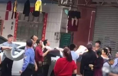 街坊拉开棉被救人。