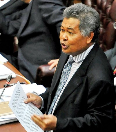 阿末赛益周二在议会上提出对大臣不信任动议后,周三即缺席议会。