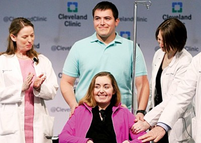 """接受子宫移植的女子""""林赛""""(坐者)日前在记者会上露面。"""