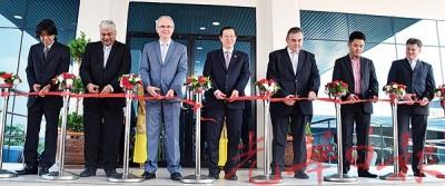 林冠英(左4)及嘉宾们为Atotech公司新厂进行开幕剪彩,右3为雷因哈斯纳德。