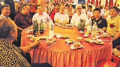 首长林冠英出席北海红毛井灵应庙宴会,主桌上与嘉宾及理事合影,首长的左边为主席吴汉辉。