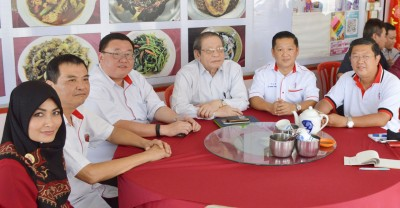 鲜红那拉(左起)、伍薪荣、苏建祥、林吉祥、郑成泉同陈国耀做记者会。