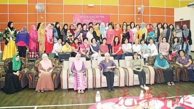 章瑛(坐者中)、市议员西蒂(左3)及王育璇参与巴当拉浪区妇女节庆祝会。