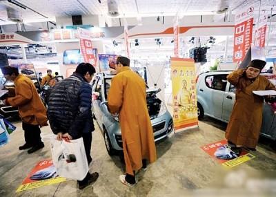 营业员向客人推销车辆。