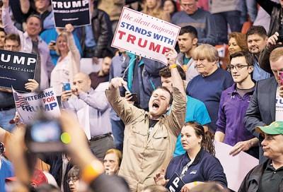 示威者在场外举起牌子,斥特朗普搞分化。(法新社照片)