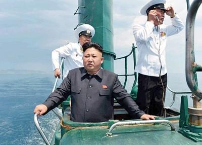 金正恩曾登上潜艇视察。
