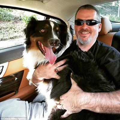 天生有两个鼻的狗狗Toby,获一位畸形秀(Freak show)老板收养,总算保住狗命。