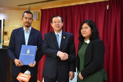 槟首长林冠英(中)欢喜宣布委任前空军少校再迪(左)和拉惹莎查娜加盟州政府。