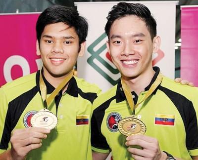 拉菲克(左)和陈财政就联手成功捍卫了吉隆坡队在保龄球州际赛的男子双人赛金牌。