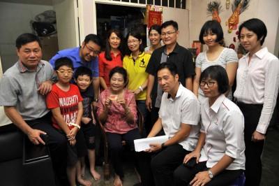 许翔茗、方志伟、方群龙、胡栋强、陈赛珍及陈婉娴与老妇及家人合照。
