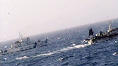 海岸防卫队巡逻船(左)以及中国渔船(右)对阵。