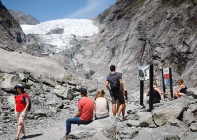 由于气候暖化,弗兰茨约瑟夫冰川加速融化,消退到山谷上远处。