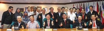 马来西亚厂商公会槟州分会全力支持槟州政府推行交通大蓝图。林峰成(坐者左2)、曹观友和黄英福。