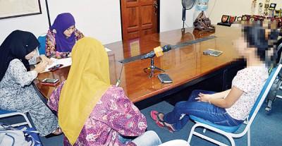 15岁少女(右1)被记者提问自己的状况时,几度眼眶泛红哽咽。