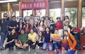 马来西亚代表团在三亚凤凰国际机场留影。后面右4为领队巫美美。