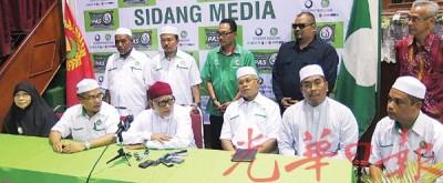 哈迪阿旺与吉打伊党领袖举行新闻发布会。