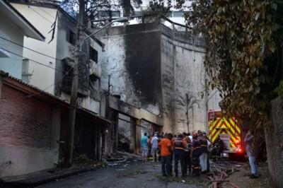 肇事民居外墙烧至焦黑。(法新社图片)
