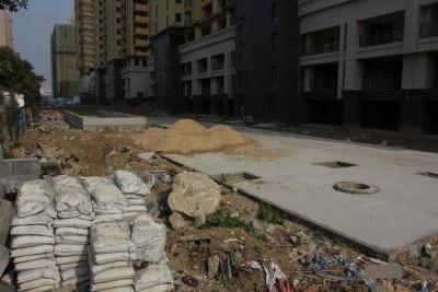 屋苑的道路仍然堆放着渣土、喉管,现场一片冷清,不见一名施工人员。
