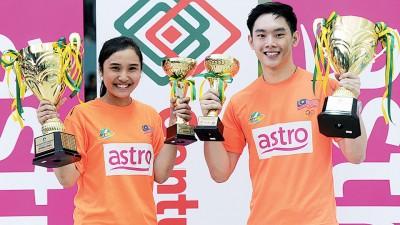首次在全国赛称王封后的陈财政和娜塔莎欣喜展示冠军奖杯。